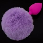 Маленькая розовая пробка с пушистым фиолетовым хвостиком