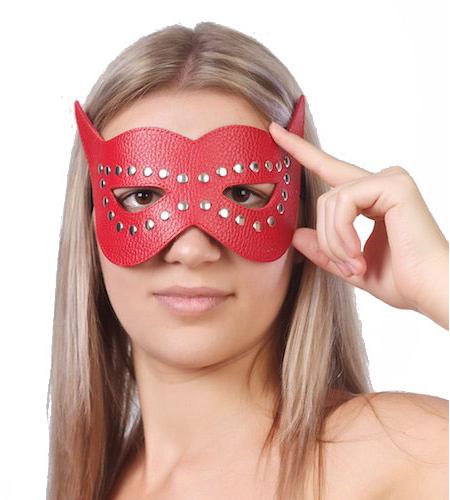 Красная маска на глаза с разрезами и заклепками. Вид 1.