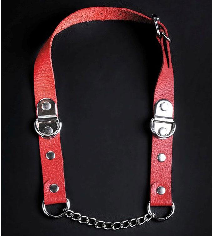 Красный кожаный кляп с цепью. Вид 1.